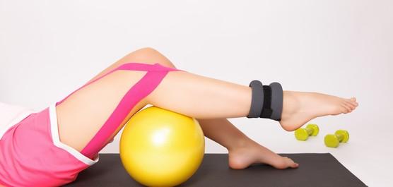 nogi ćwiczące na piłce do rehabilitacji