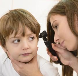 badanie ucha u małego chłopca