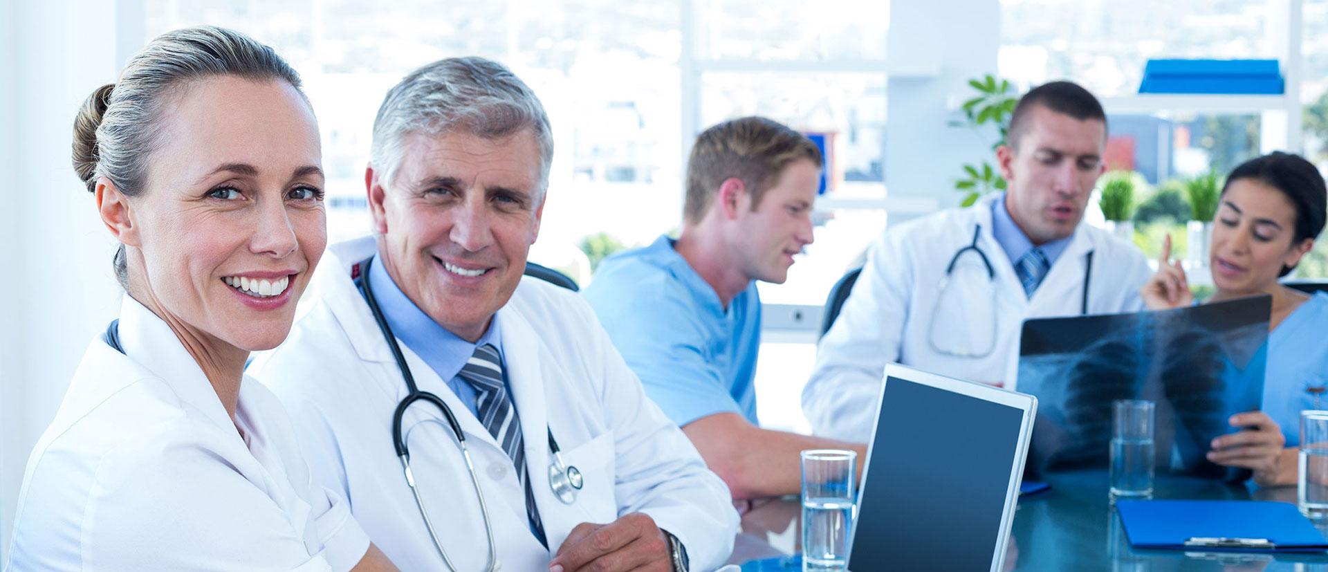 zespół lekarzy pracujących razem