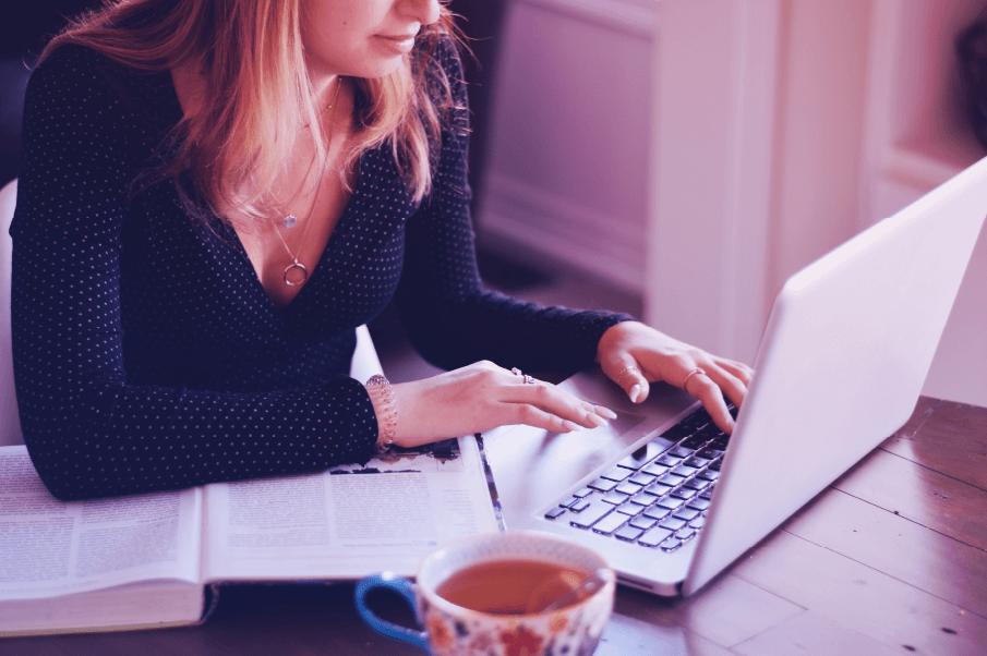 mulher analisando resultados inbound marketing corre mkt