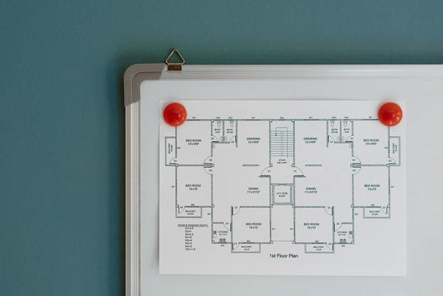 Planritning som hänger på en whiteboard