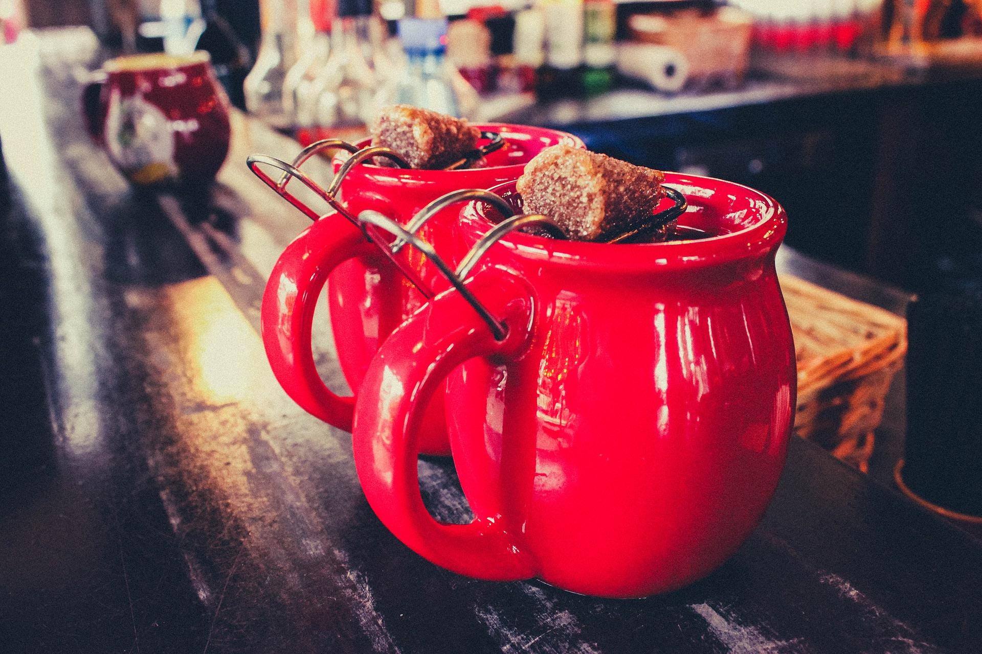 mugs, drinks, table, bar