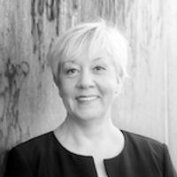 Schwarz-Weiß-Portrait von CEO Gabriele Hoppe.