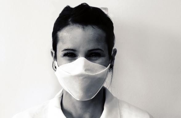 Portrait d'une femme portant le masque blanc AppMask.