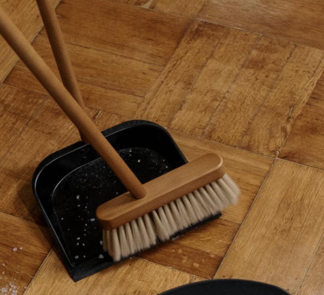 """Oggi parleremo di uno degli aspetti più importanti nella vita quotidiana di un pavimento. """"Ho appena messo il Parquet in casa, adesso come lo tengo pulito preservandone la bellezza?"""""""