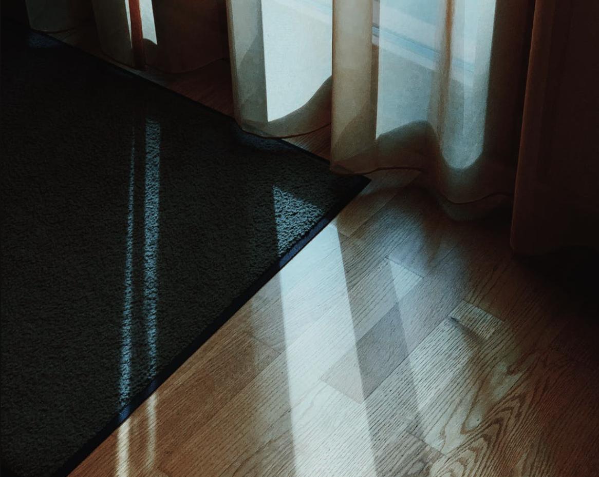Il parquet è bellissimo anche perchè abbiamo la possibilità di sceglierlo in un'infinità di colori diversi, in base ai propri gusti. Se il gusto personale è sicuramente un fattore decisivo nella scelta, è importante però essere ben consapevoli del tipo di finitura che è stata usata: a olio o a vernice.