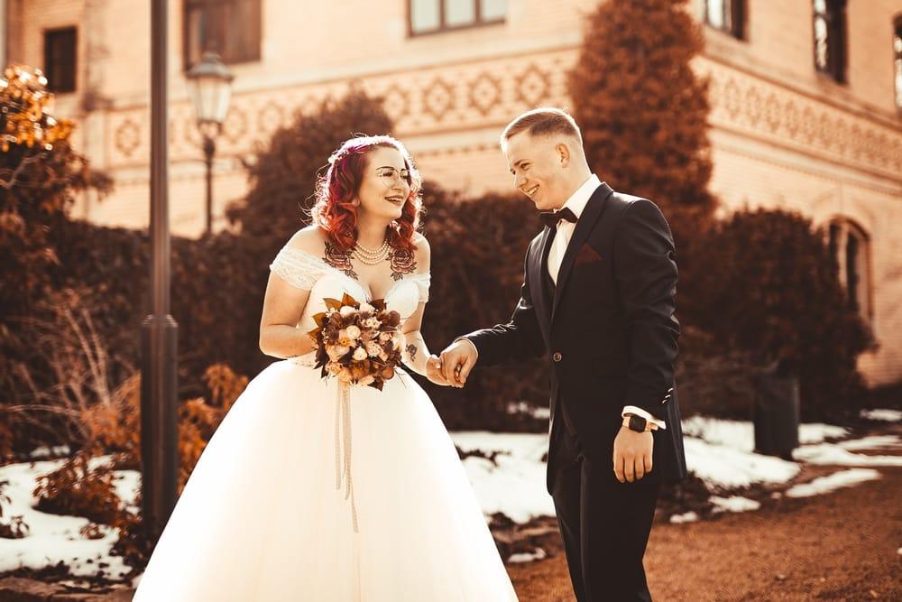 Brautpaar hält Händchen vor Standesamt
