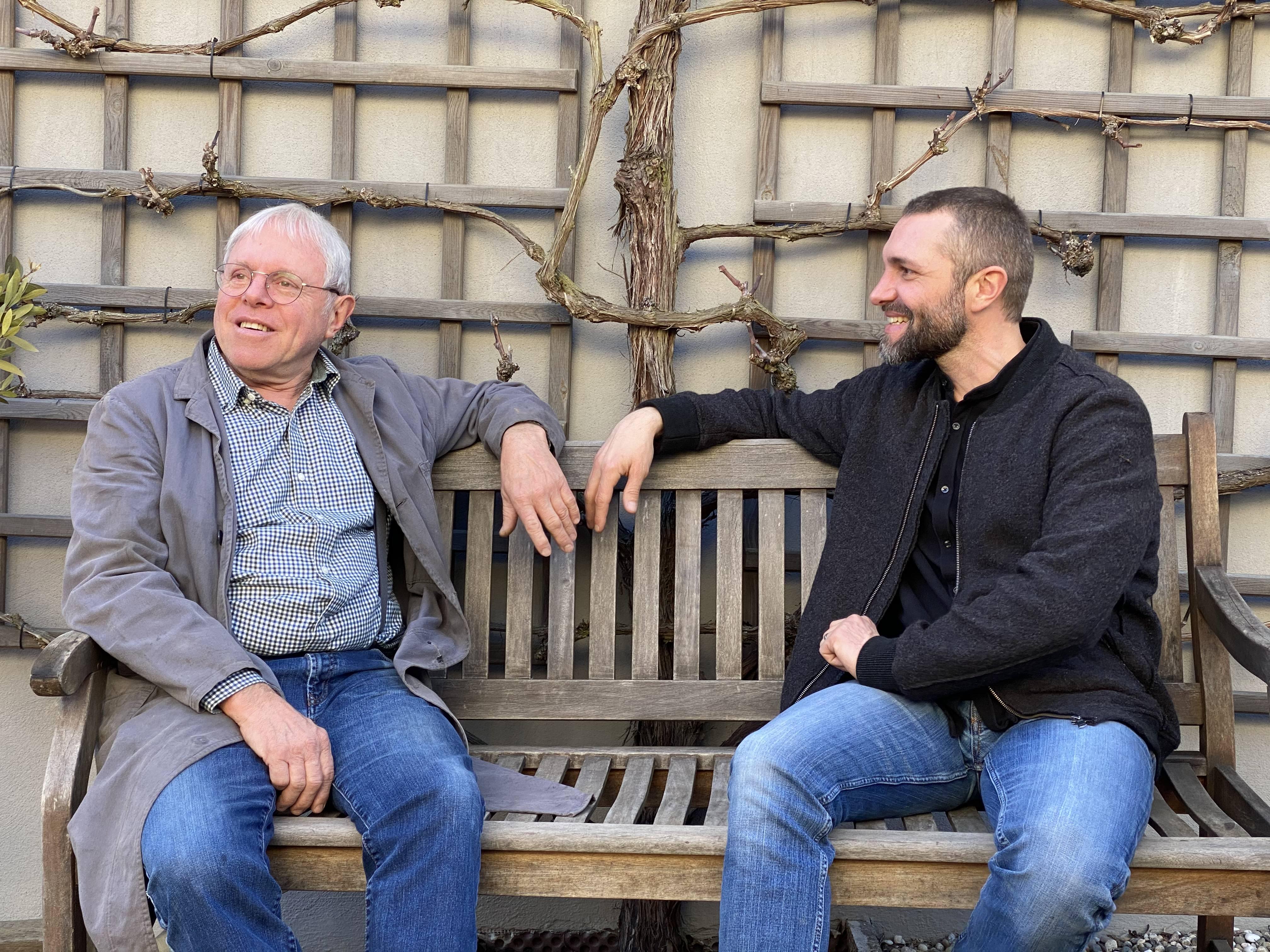 Helmut Lenz und Eric Lenz auf einer Bank im E-Bike Hof