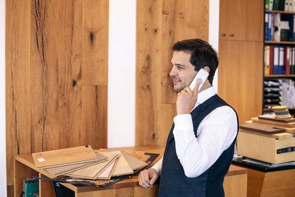 Georg Spiegel bei einer Telefon via Beratung