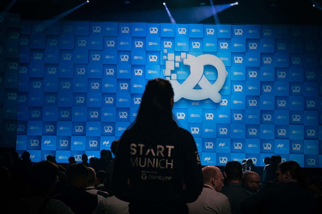START Munich member in front of Bits and Pretzels stage