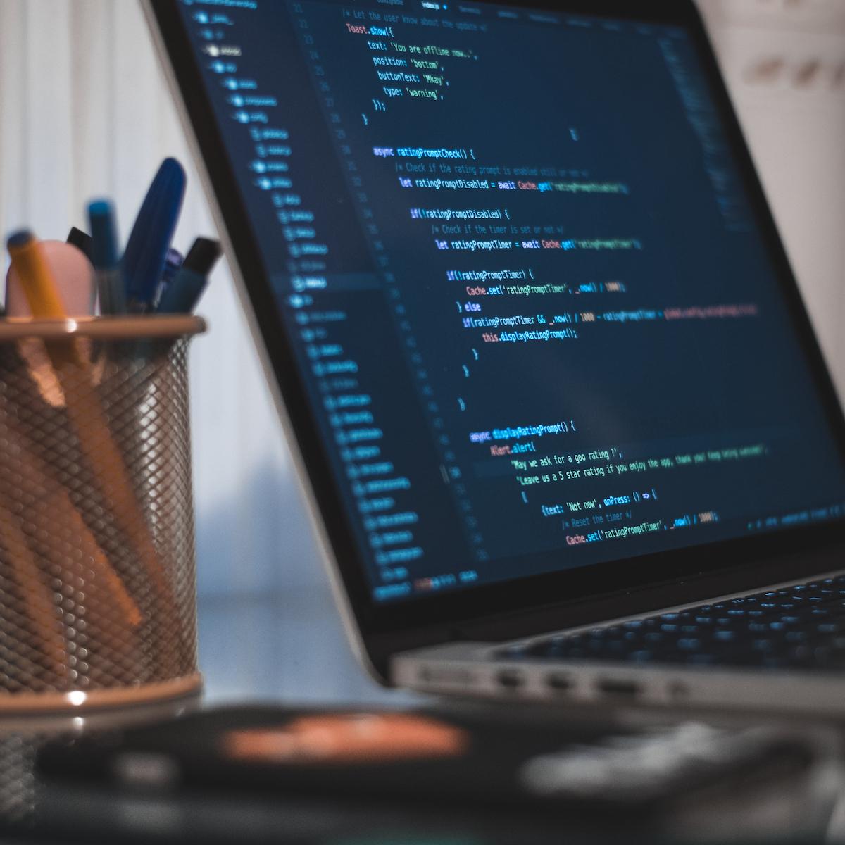 Laptop med kod på skärmen