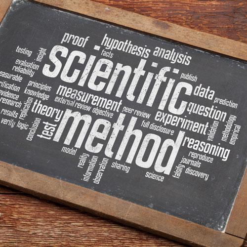 Griffeltavla med texten Scientific method