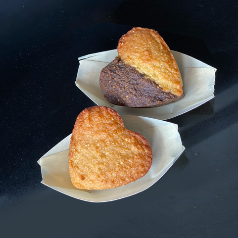 Heart shape cakes beautifully handcrafted in a variety of choices. Select plain flavours, or the combined ones.