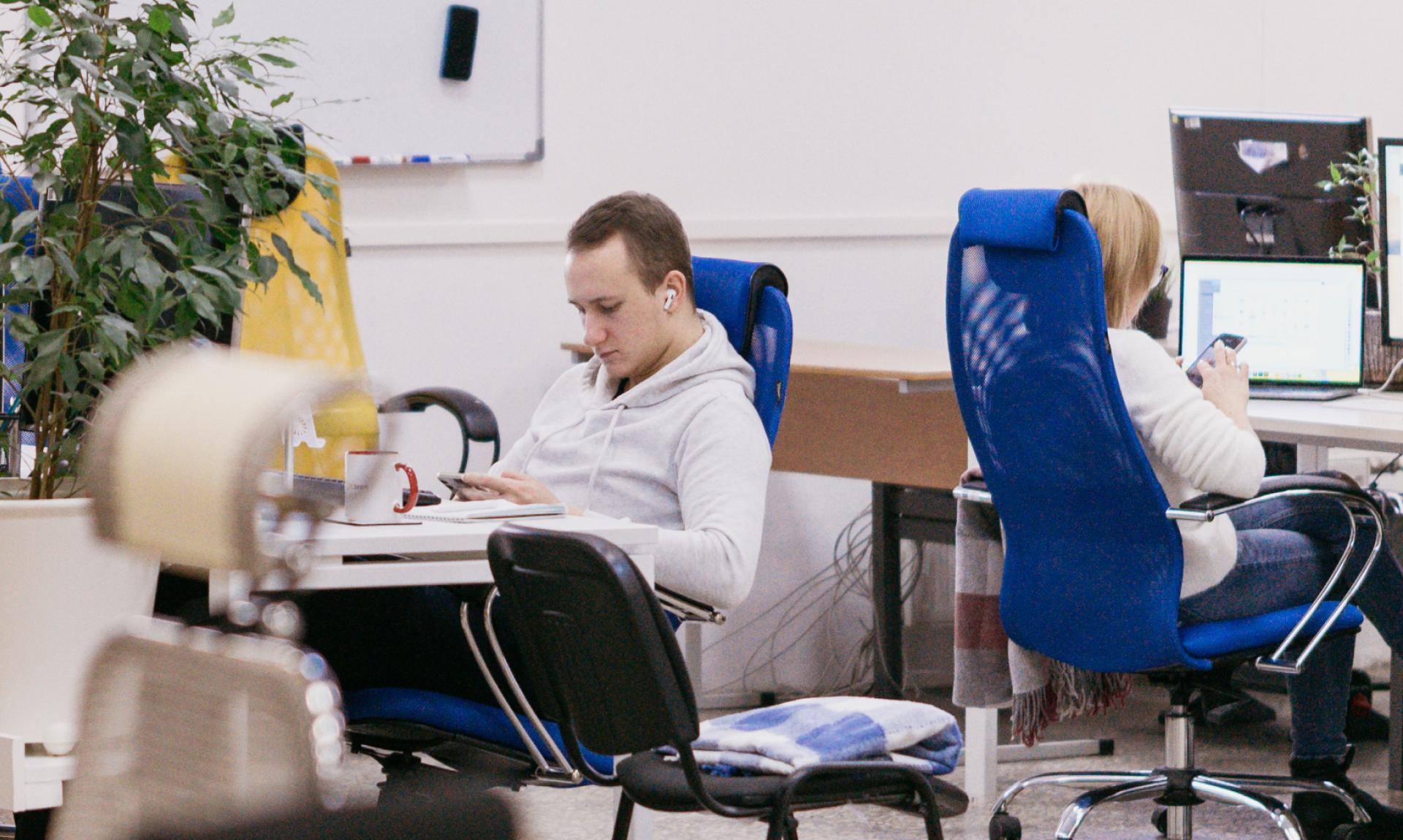 Олег, наш графический дизайнер сидит за работой