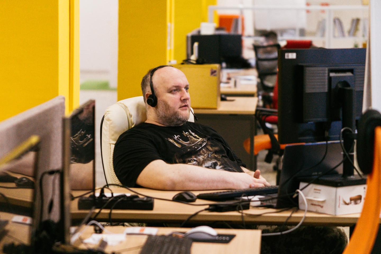 Менеджер сидит за компьютером