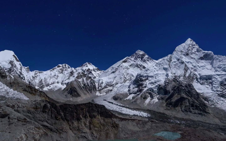 Au fost descoperite urme de microplastice pe cel mai înalt munte din lume. Cum a fost posibil