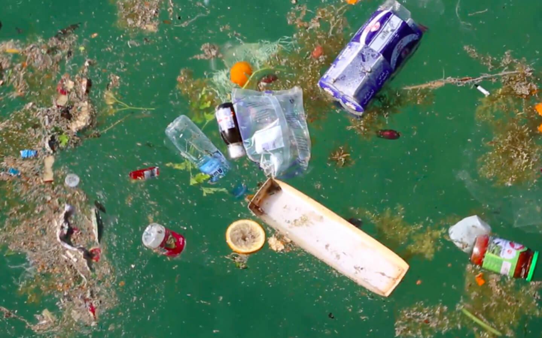 """Marea Mediterană se transformă într-o """"mare de gunoi"""". 230 de mii de tone de deșeuri de plastic ajung în apă în fiecare an"""