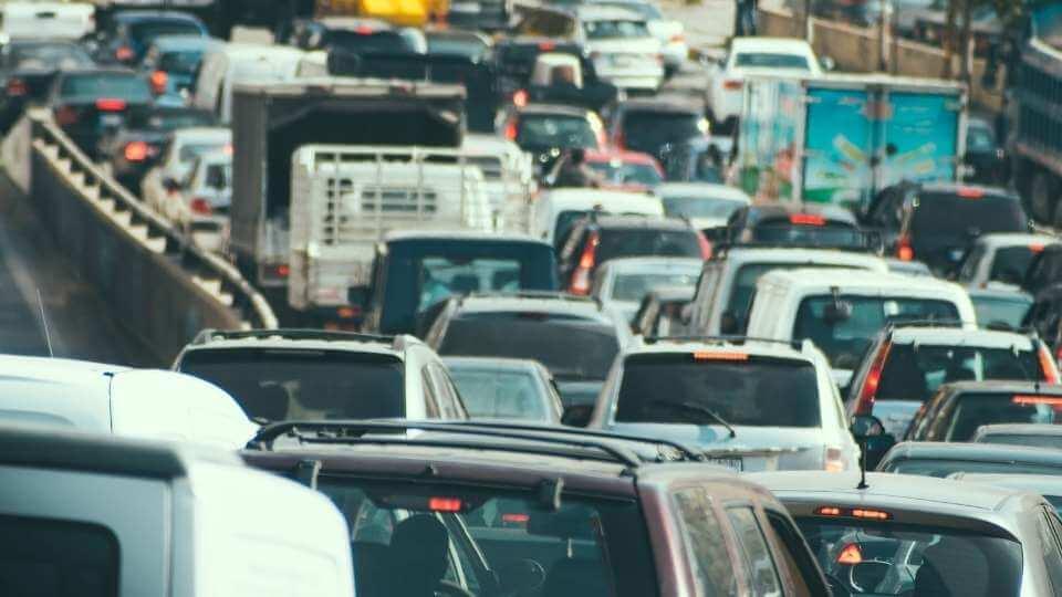 sosea plina de masini care polueaza fonic