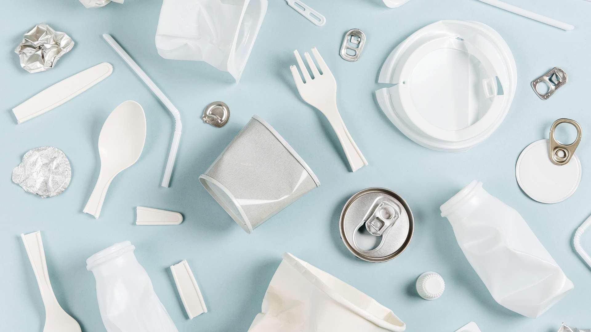 """3 luni până când trebuie să renunțăm la produsele de plastic de unică folosință. Min. Mediului : """"Nu putem să creăm șocuri pe piață!"""""""
