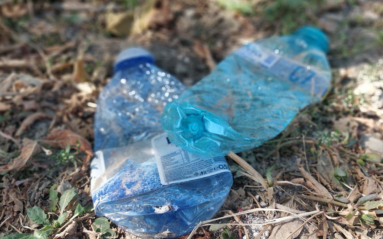 Sticle de plastic aruncate pe jos