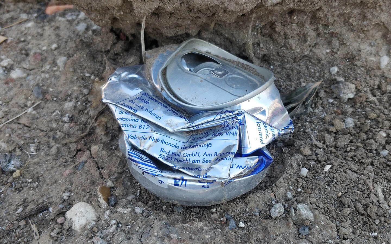 doza de aluminiu aruncata pe jos