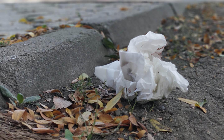 ambalaj de hartie aruncat pe strada