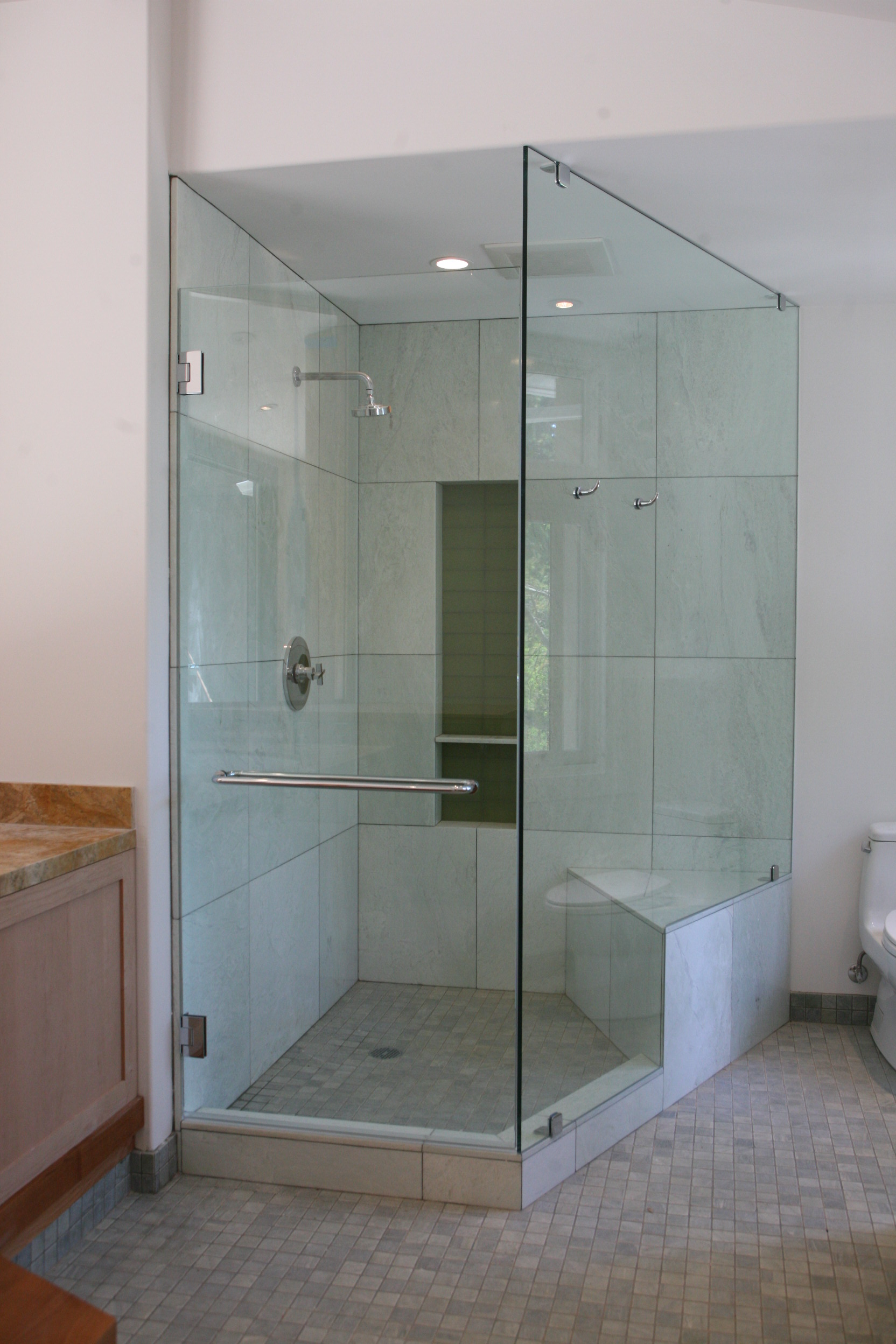 Neo-Angle Shower Enclosure With Robe Hooks