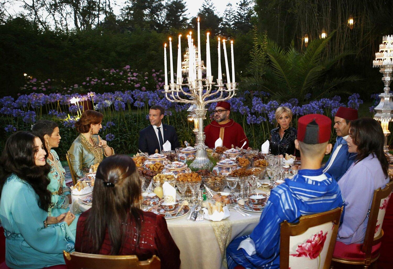 La famille royale accueillant Emmanuel Macron, actuel président de la France.