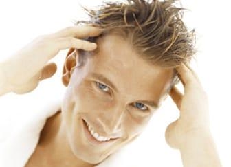 Uomo con capelli sintetici