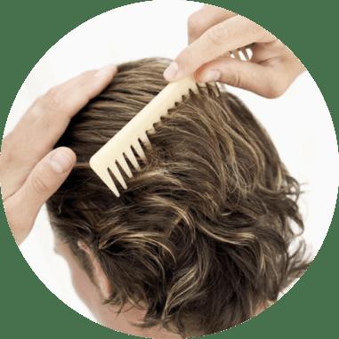 Uomo con capelli sintetici e pettine