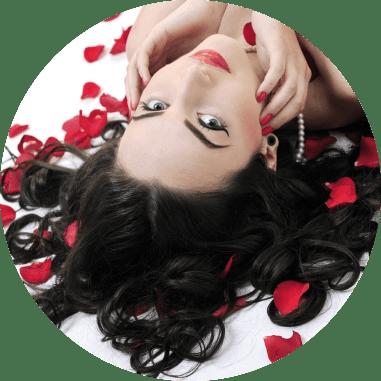 Donna sdraiata con i petali di rosa