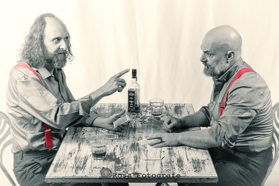 """Silvio e Paolo, gli attori principali di """"Ballata per Uomini soli"""", che discutono ad un tavolo."""