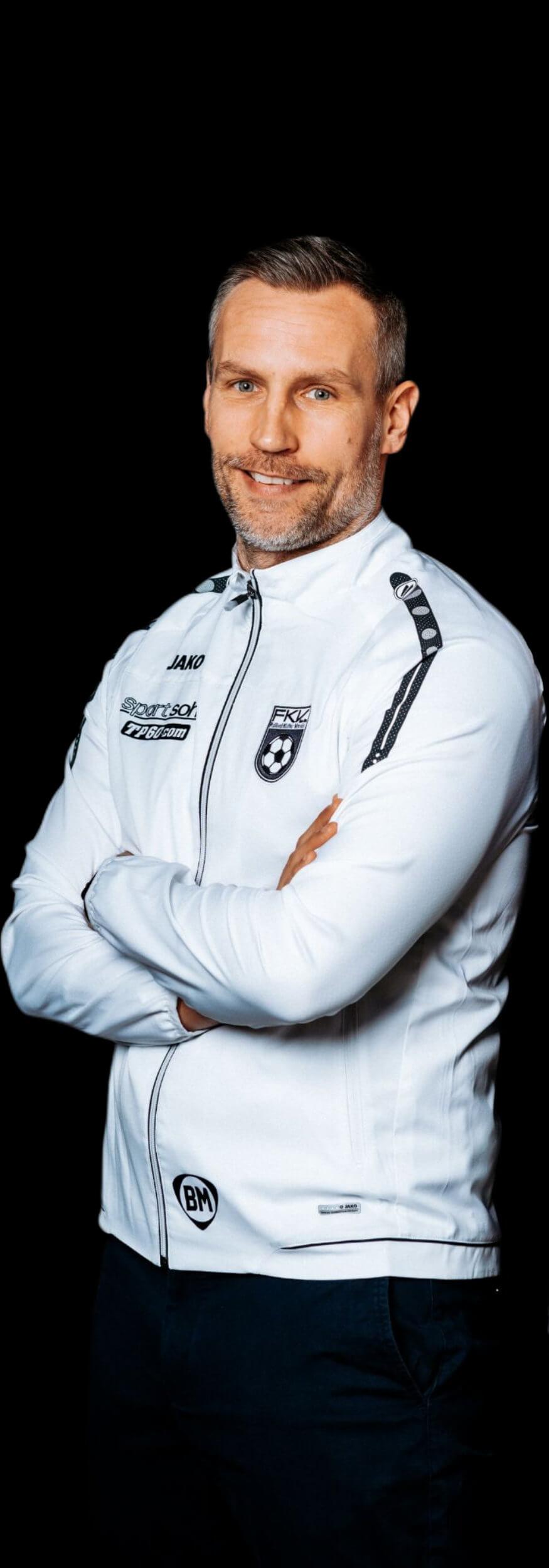 Timo Wenzel steht im FKV-Anzug