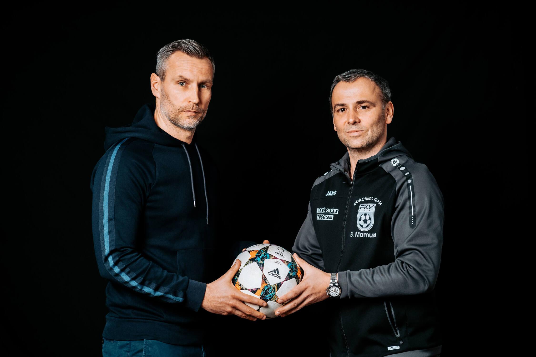 Timo Wenzel und Bozidar Mamuza halten einen Fußball gemeinsam in den Händen