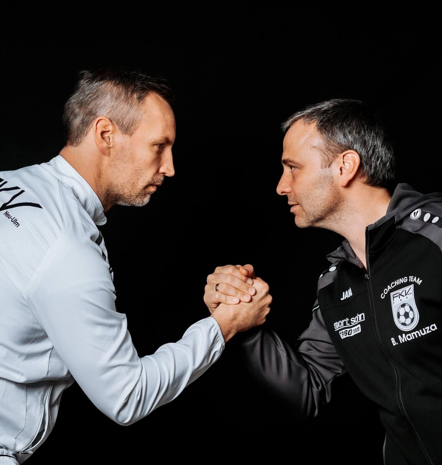 Timo Wenzel und Bozidar Mamuza machen einen Handschlag