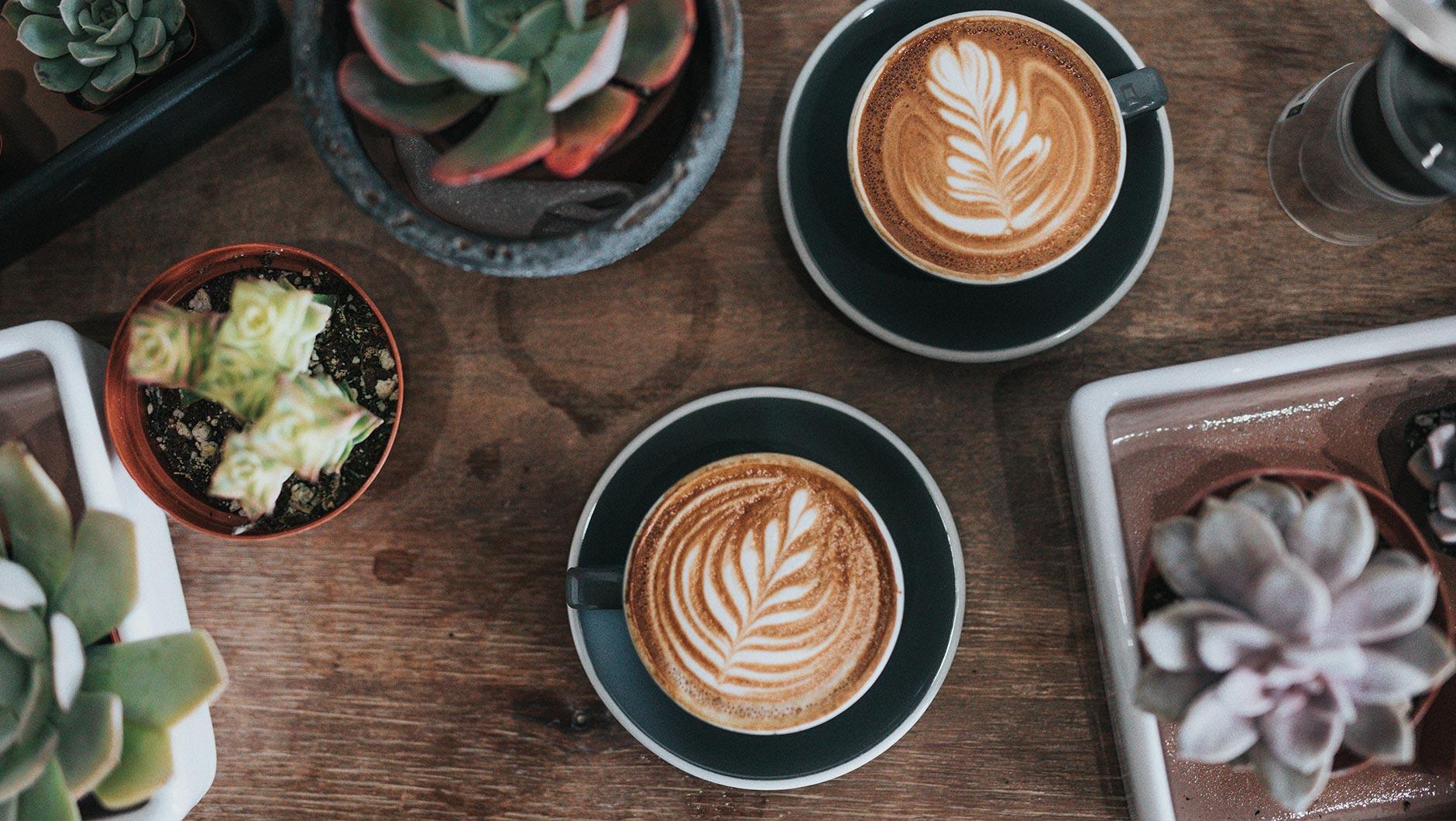 Holz-Tisch mit Cappuccino-Tassen