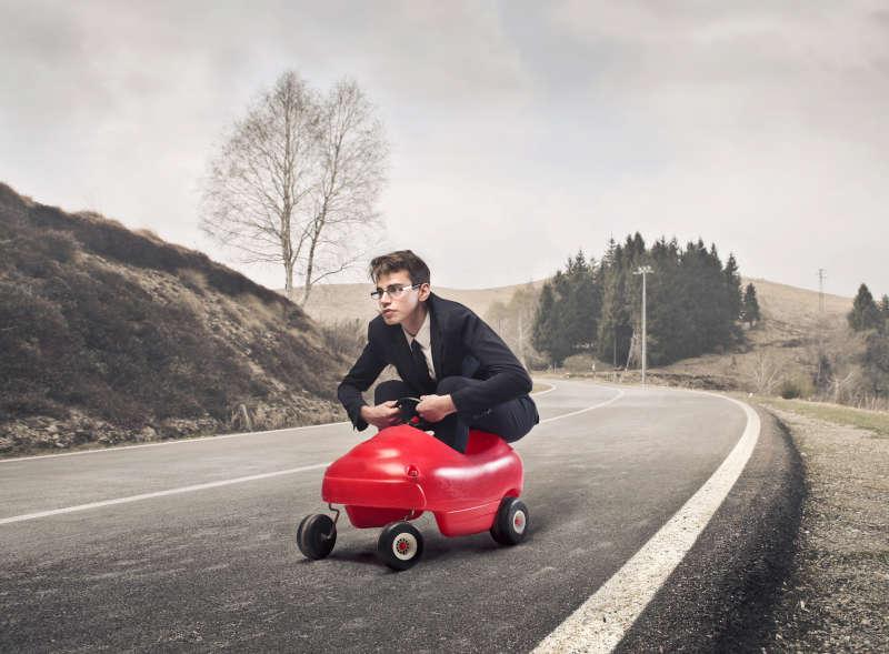 Persoon die in een skelter over de weg rijdt.