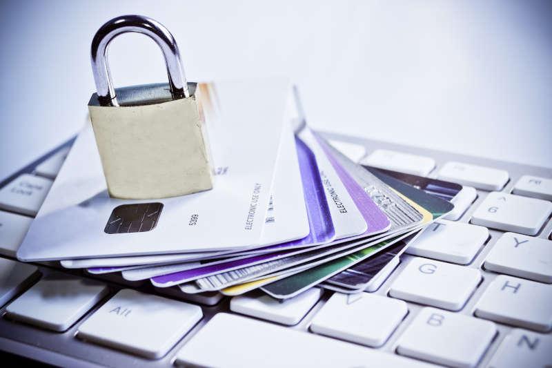 Slot en creditcards op een toetsenbord