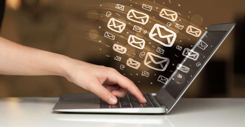 E-mail die virtueel uit de laptop komt.