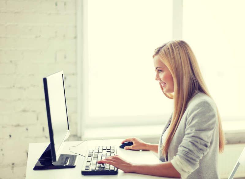 Vrouw die thuis werkt met haar computer