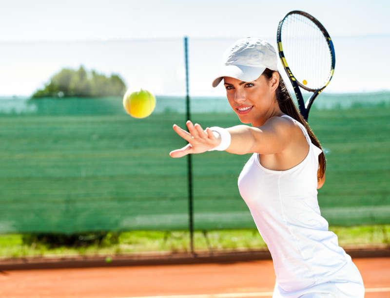 Tennis speelsters die een bal gaat slaan.
