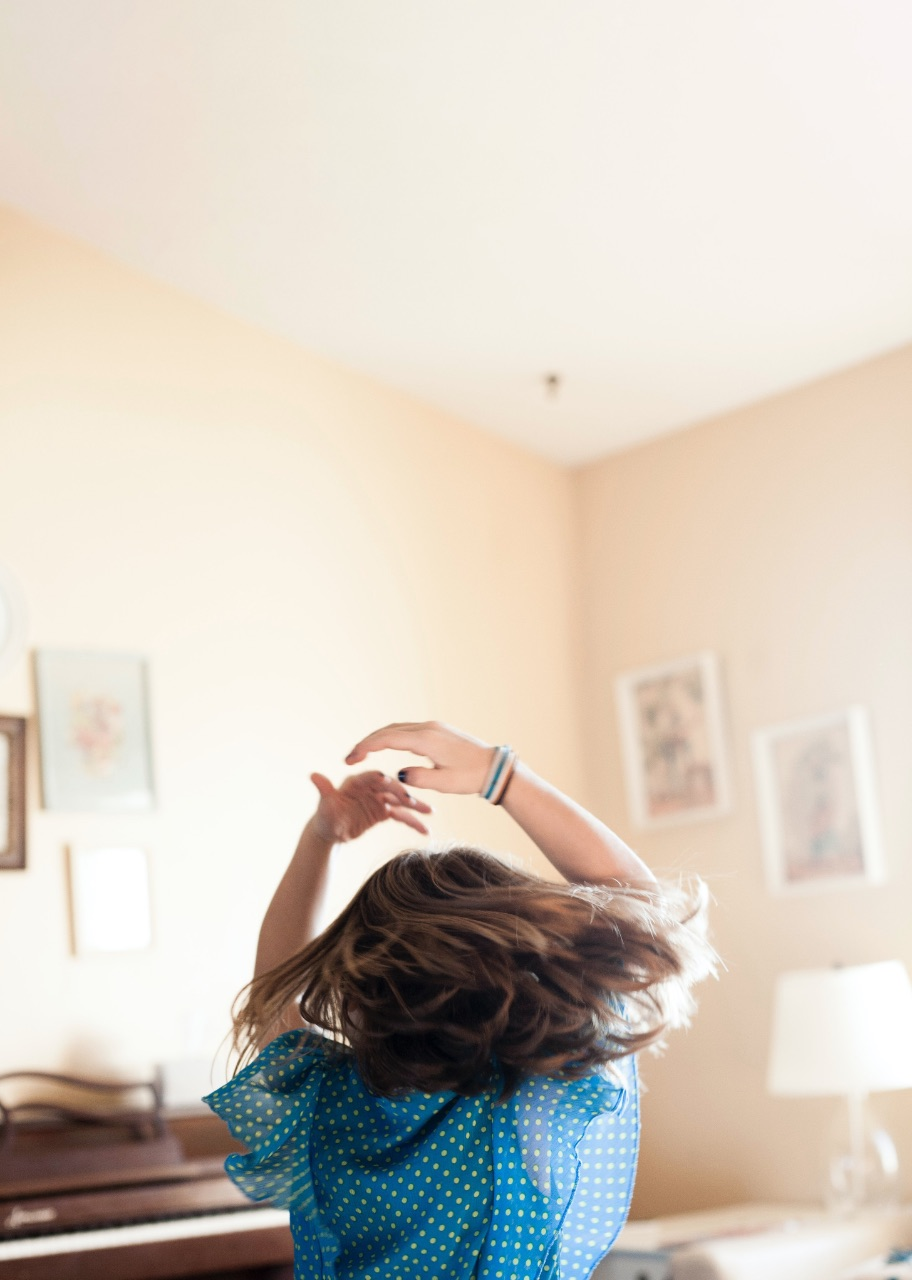 A girls dancing in the room.