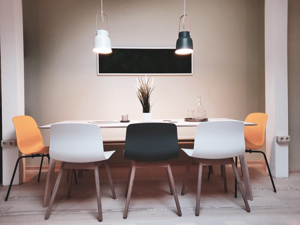 Tisch für Besprechungen im Deinraum