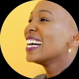 Retrato de uma mulher negra sorrindo
