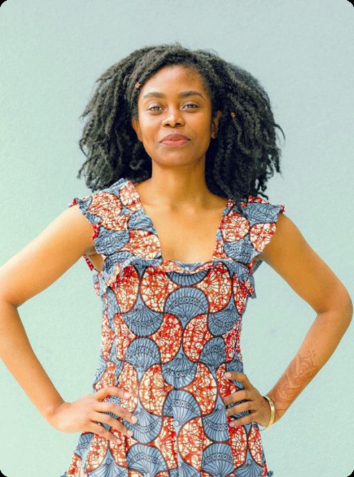 Mulher negra com pose imponente com cabelos longos cacheados
