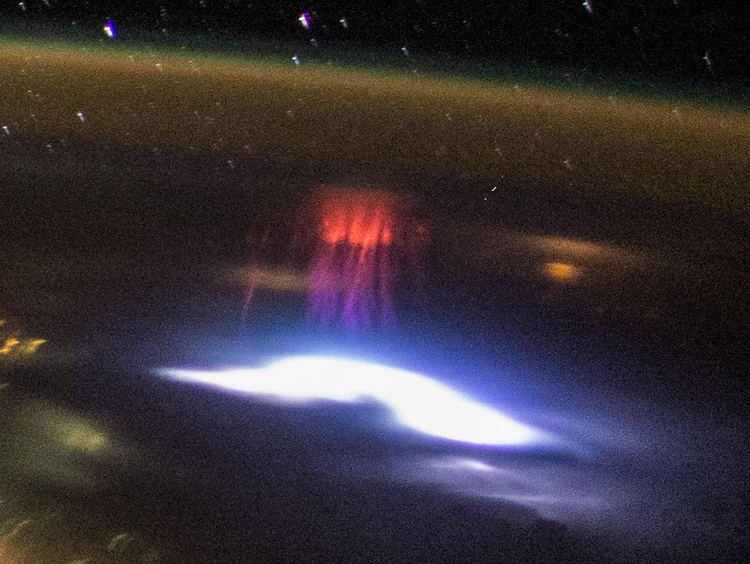 NASA-photo-id-ISS044-E-45576-sprite-canon-D4-blow-up.png