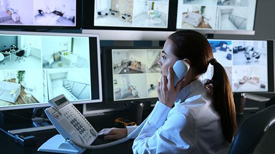 Frau am Telefon in einer Notruf- und Serviceleitstelle.