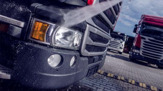 LKW wird mit einem Hochdruckreiniger gereinigt.