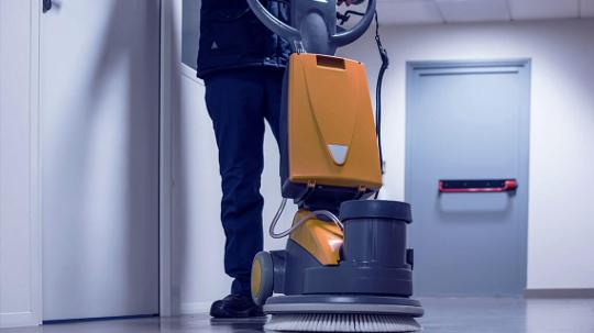 Fußboden wird mit einer speziellen Maschine gereinigt.