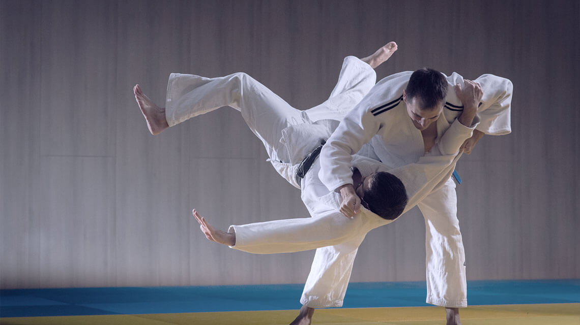 Brazilian Jiu Jitsu - zwei Männer-in Karateanzügen.